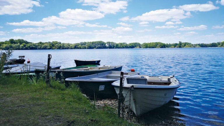 Knielinger See mit Booten im Vordergrund
