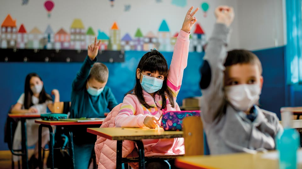 Schulklasse während Corona im Klassenzimmer
