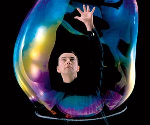 Mann mit Seifenblasen