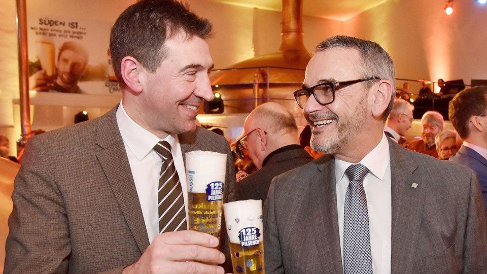 Prost aufs Jubiläumsbier: Georg Schwende (r.) mit Donaueschingens Oberbürgermeister Erik Pauly.