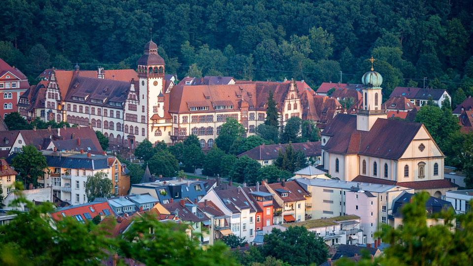 Das Gebäude des Rathaus mit Eck-Turm