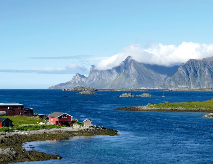 Rote Häuschen, blaue Fjorde und steile Klippen