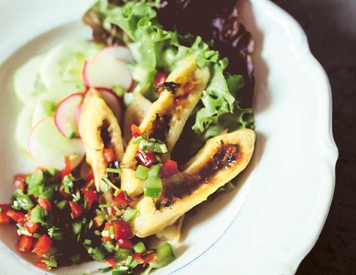 Salat mit gebratenen Maultaschen und  Paprika-Dressing