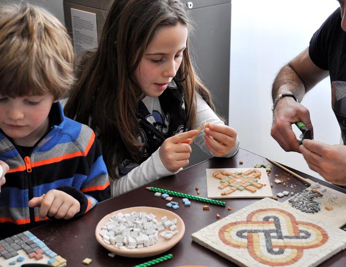 Augusta Raurica Kinder gestalten Mosaike
