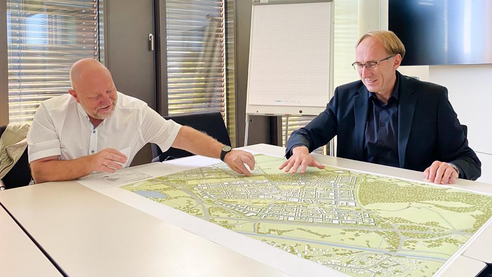 Martin Haag und Andreas Roessler diskutieren über den Siegerentwurf