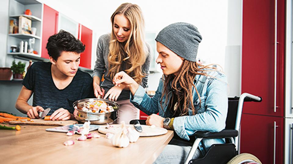Jugendliche sitzen zusammen am Tisch