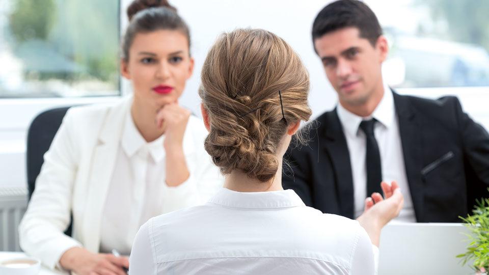 Frau beim Bewerbungsgespräch