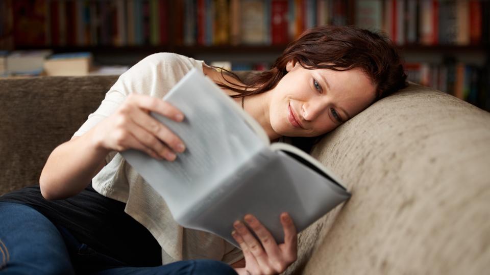 Frau die ein Buch ließt