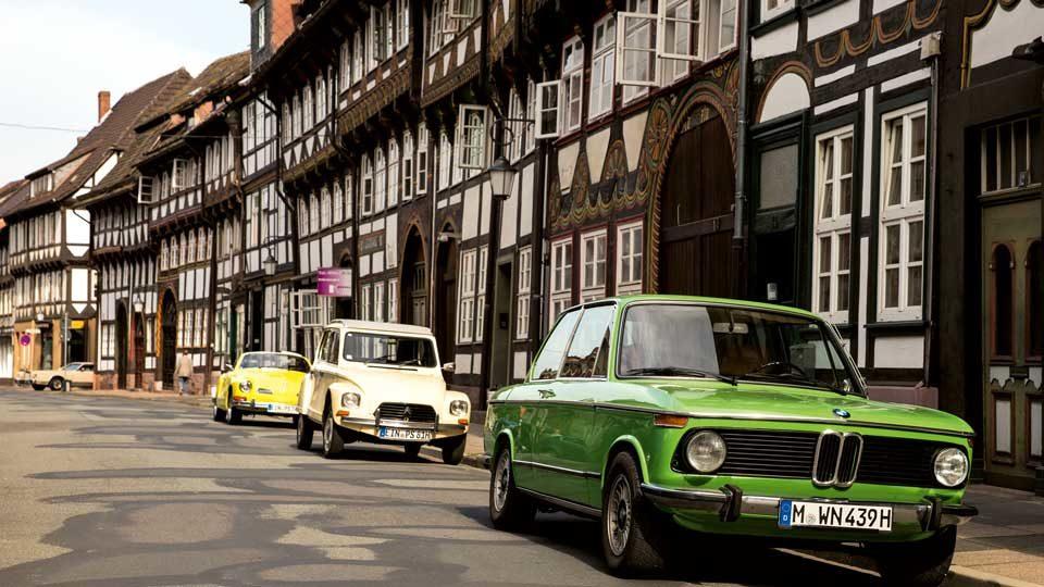 Grüner BMW auf Bundesstraße