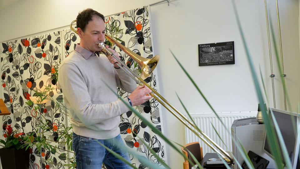 Jürgen Burmeister beim spielen seines Instruments