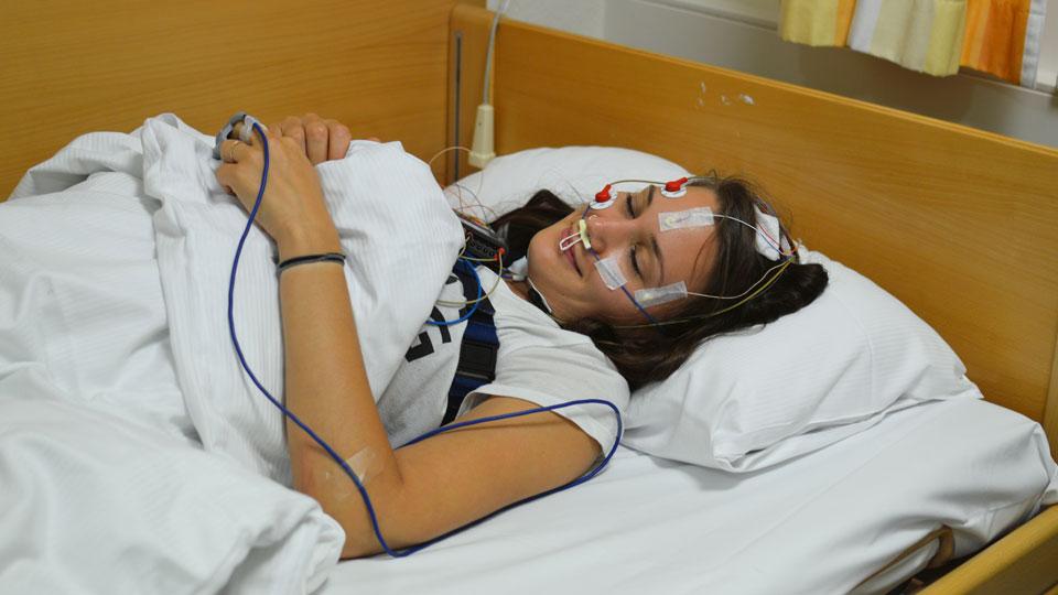Liliane Herzberg, an den ganzen Kabeln angeschlossen im Schlaflabor
