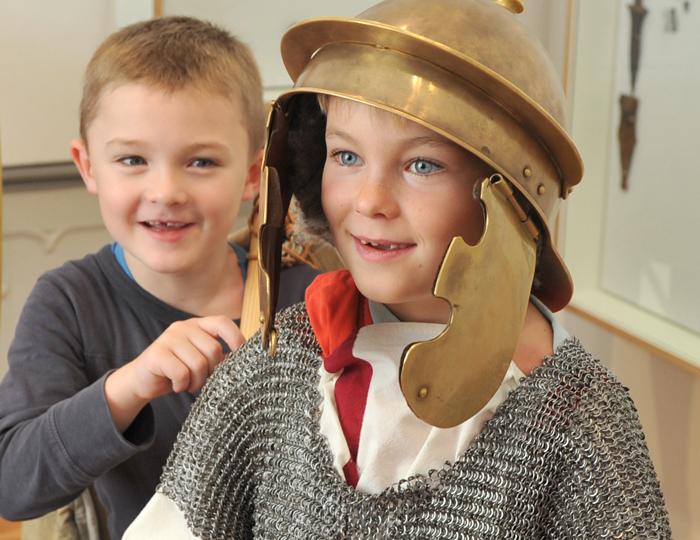 Kinder die als Römer verkleidet sind