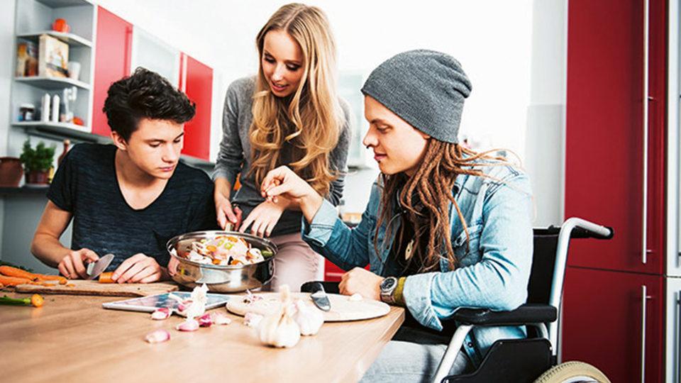 Jugendliche zusammen am Tisch