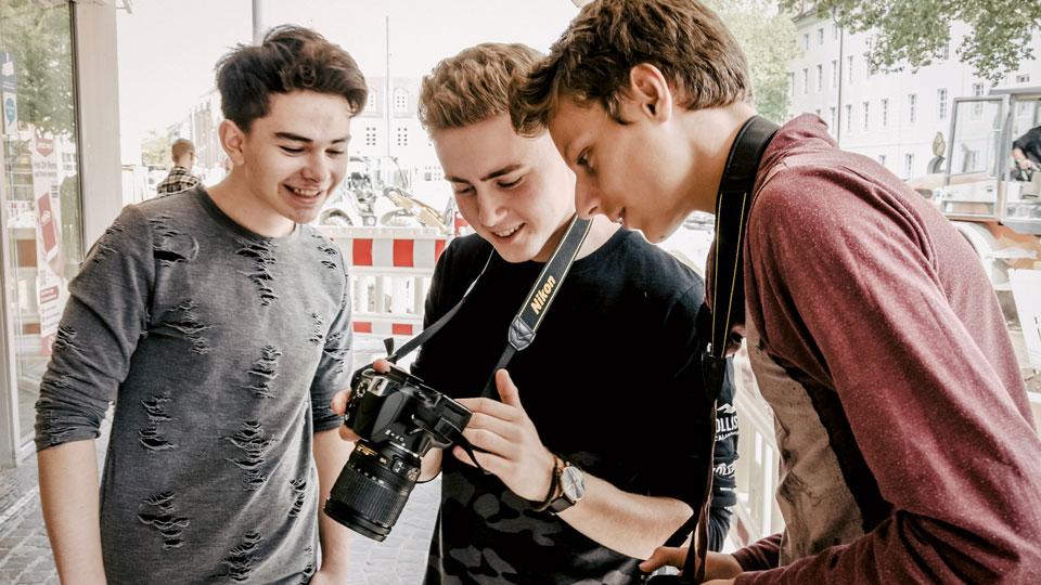 Fotografen mit einer Kamera in der Hand
