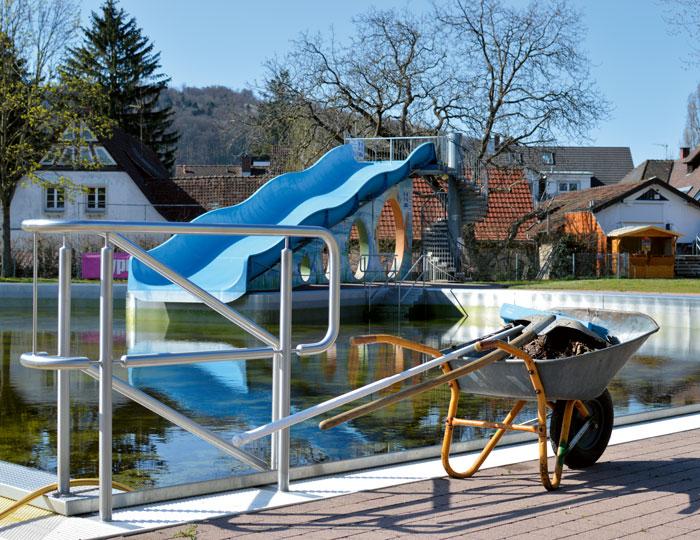 Freibad St.Georgen Pool, halbvoll mit Rutsche