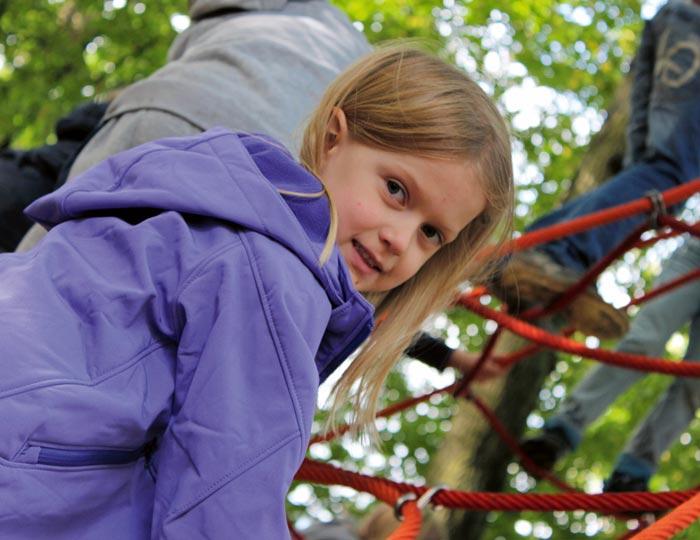 Mädchen auf Klettergerüst der Freien Christlichen Schule