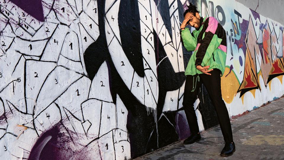 Hip-Hoper vor Graffito