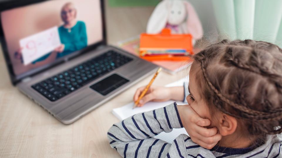 Kind das Online unterrichtet wird