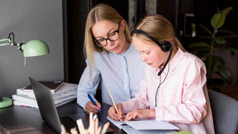 Mutter mit Tochter am lernen