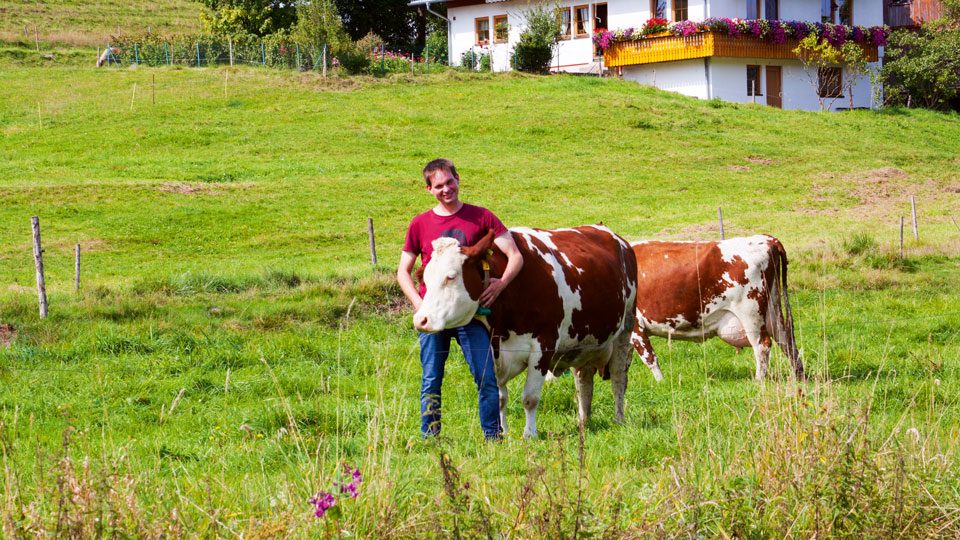 Gerhard Klausmann aus St. Georgen mit einer Kuh