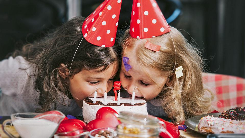 Kinder essen eine Torte