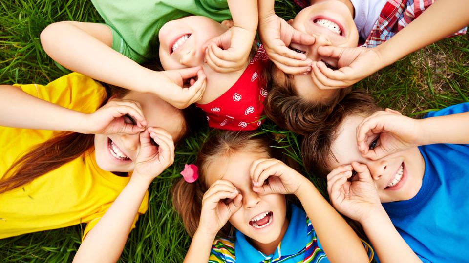 Kinder liegen im Kreis zusammen