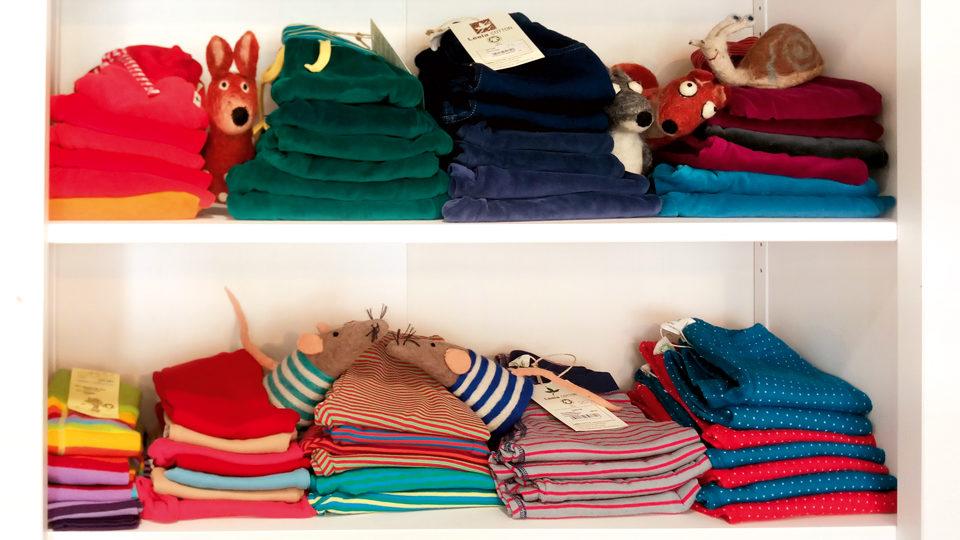 Klamotten in einem Schrank