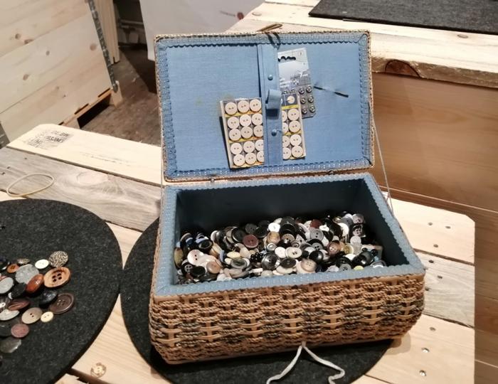 Knoepfe in einer Kiste