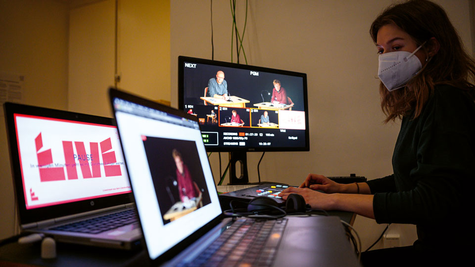 Frau vor Livestream