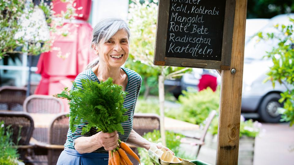 Bäuerin mit Gemüse in der Hand