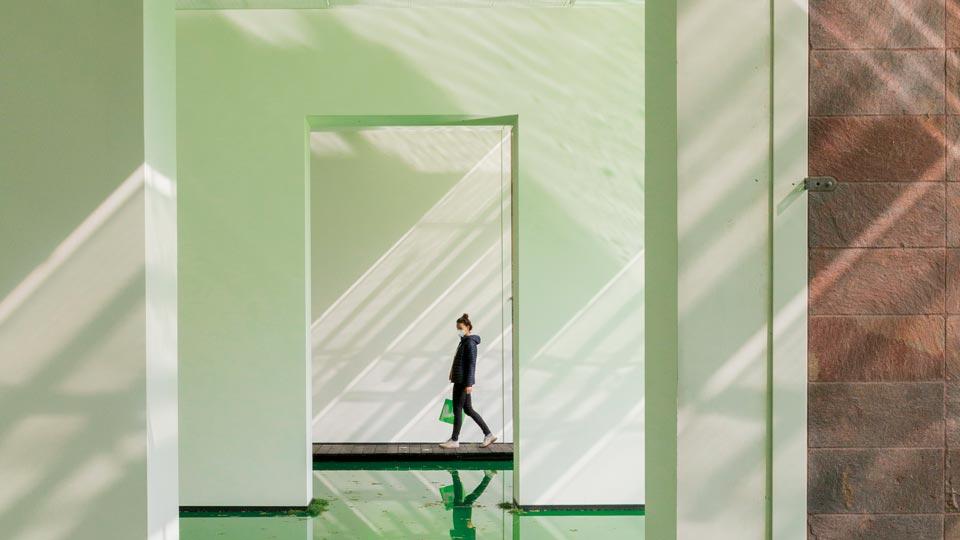 Ausstellungen im Dreiländereck: grüne Räume mit einer Frau in der Mitte einer Türe
