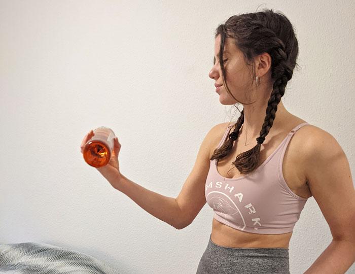 Maja Bruder bei einem Workout mit Flaschen statt Hanteln