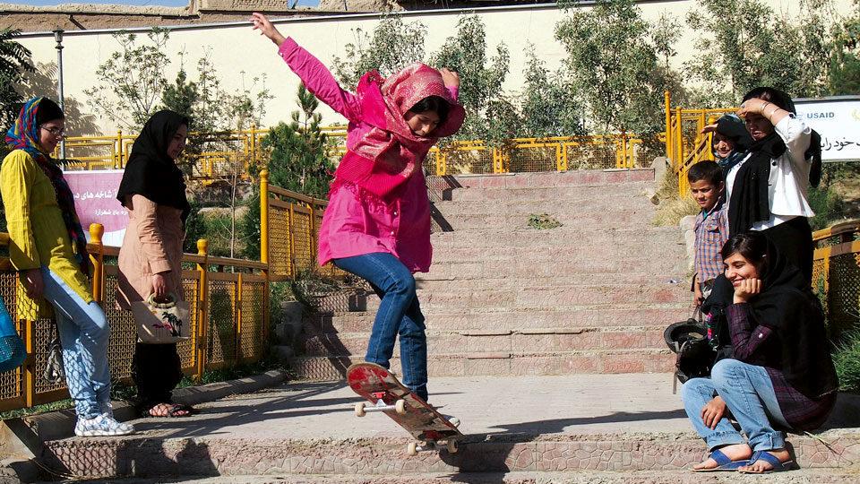 Mädchen Skateboard in Afghanistan