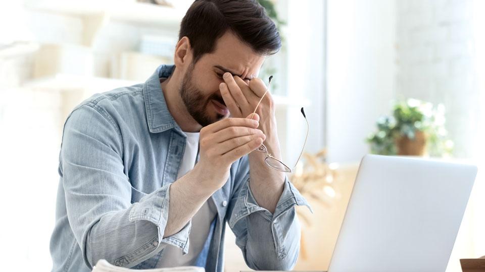 Student verzweifelt am Laptop
