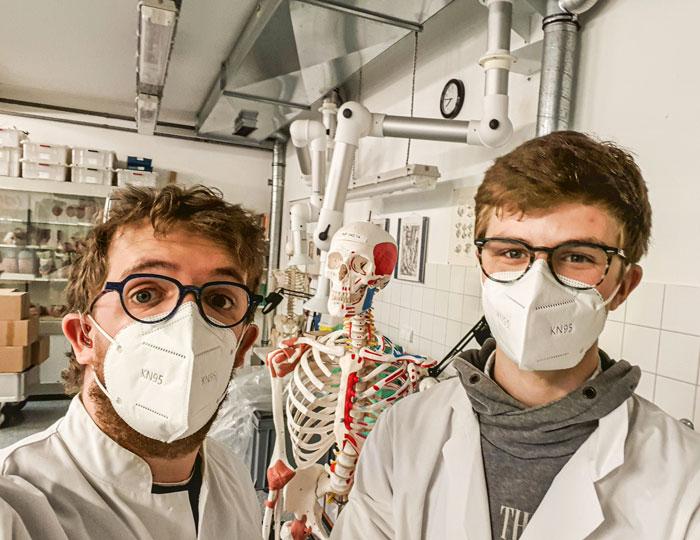Studierende im Anatomielabor