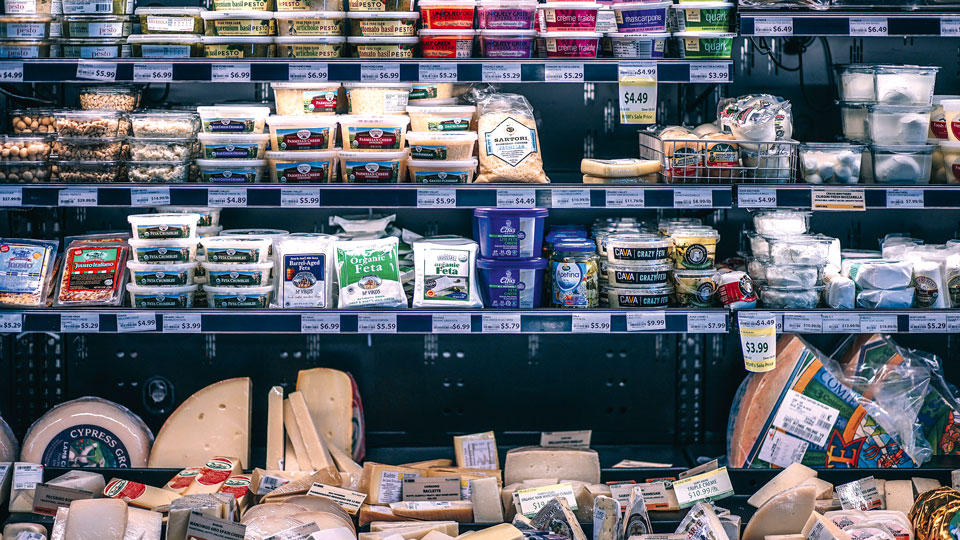 Supermarktregal mit ganz viel Plastik