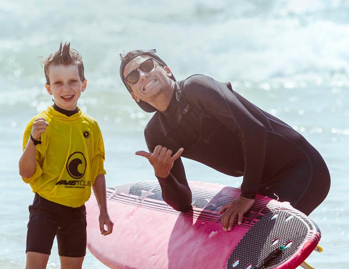 Surflehrer mit Schüler