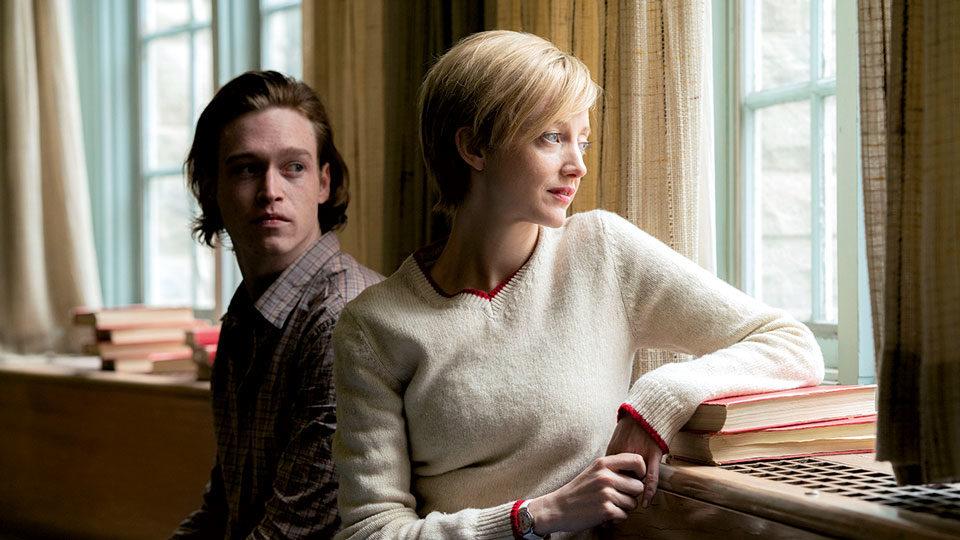 Mann und Frau sitzen vor einem Fenster