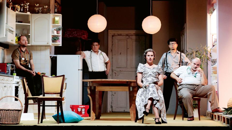 Schauspieler auf Theaterbühne