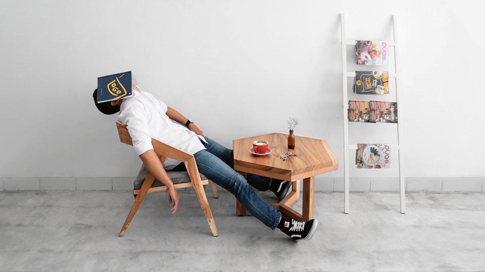 Mann schläft auf Stuhl