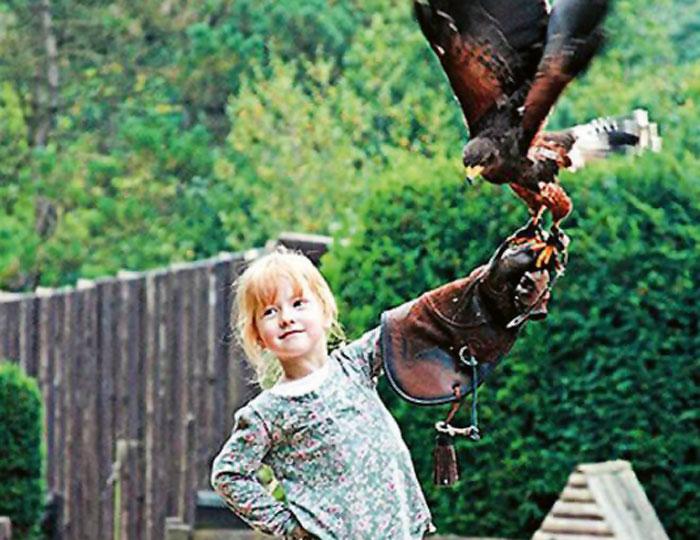 Kind mit Vogel