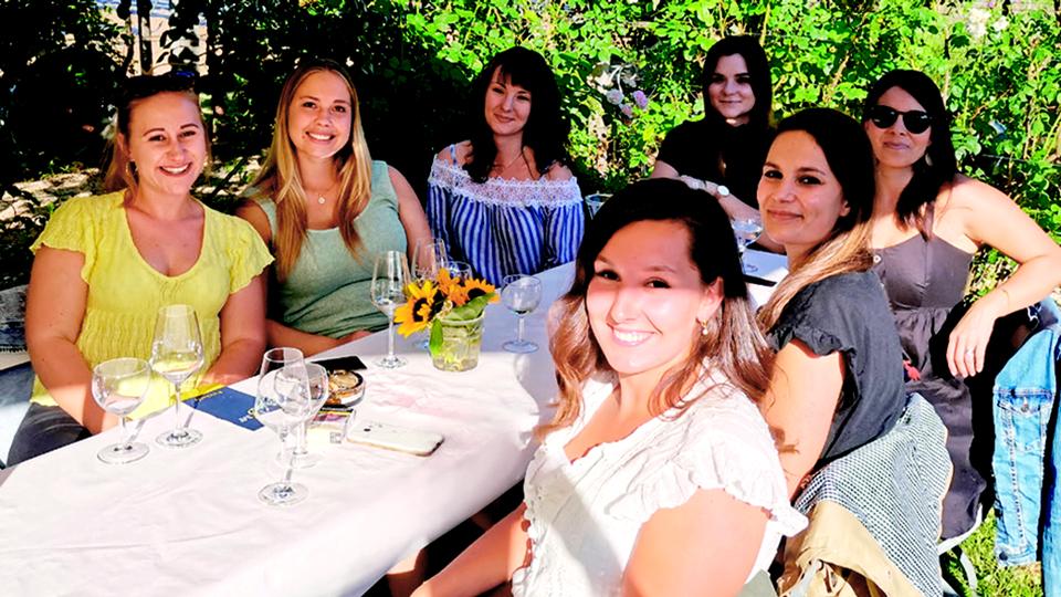 Gruppe sitzt an Tisch