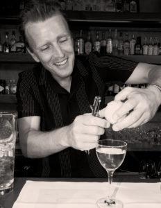 Willi Schoellmann beim Cocktail machen