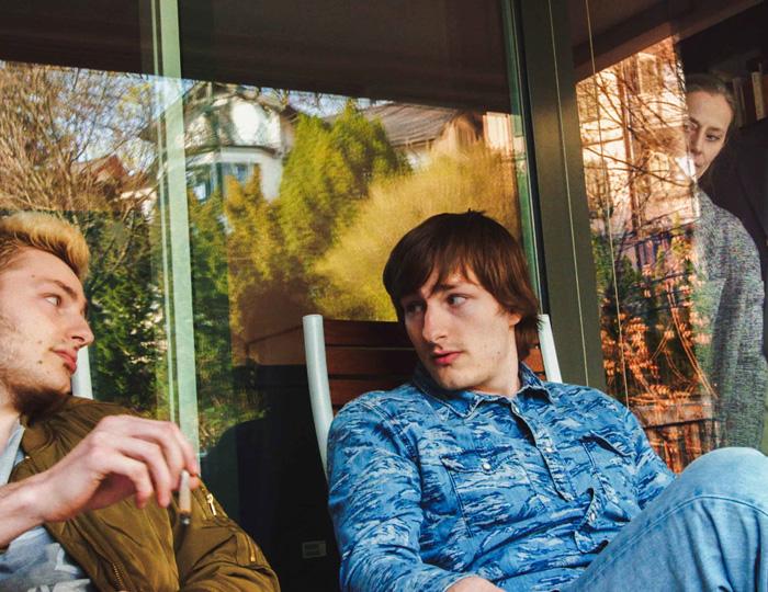 Filmausschnitt Familie und Freunde auf Balkon