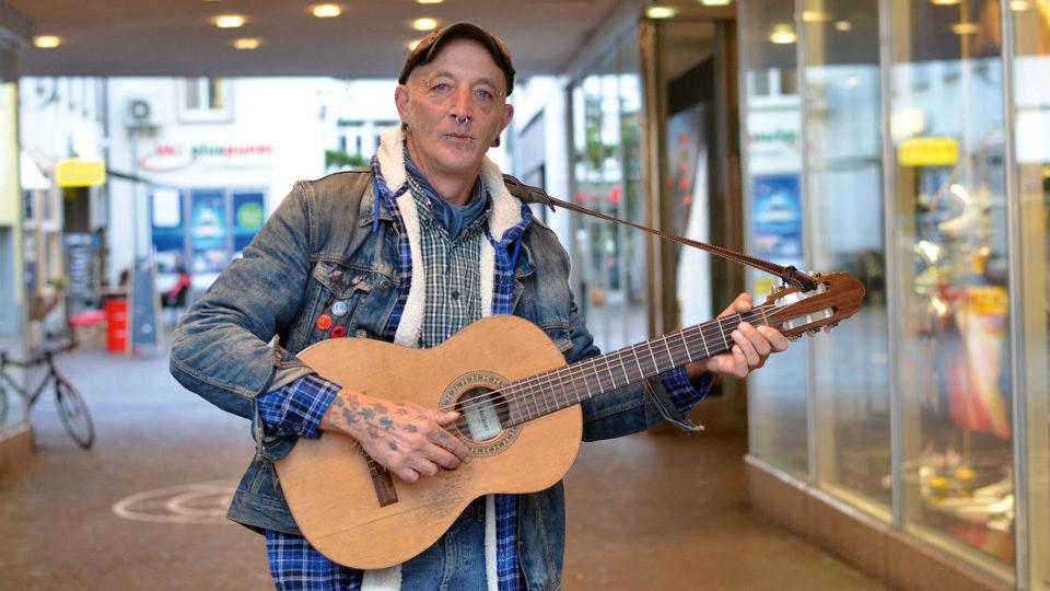 Georg Kaiser mit Gitarre