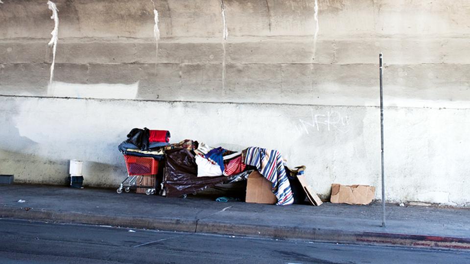 Obdachloser und Lager unter einer Brücke