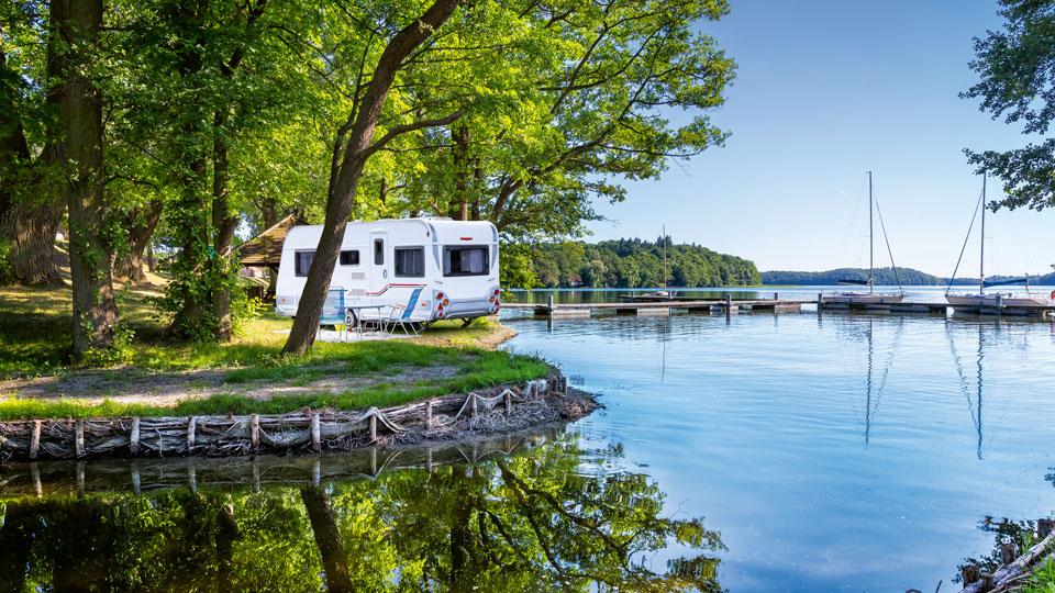 Parkendes Wohnmobil an einem See