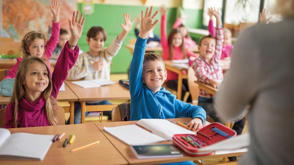 Kinder die sich im Unterricht melden