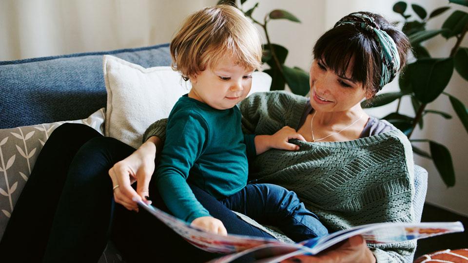 Mutter und Kind zusammen am lesen