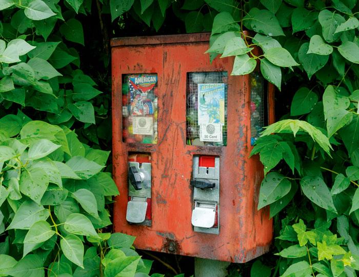 Roter, alter Kaugummiautomat